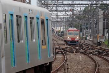 2021年5月6日 6時47分頃。西所沢。右が所沢駅から折り返してきた1259Fの下り回送列車、左は40000系の4652レ。