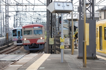 2021年5月9日 7時34分頃。西所沢。右から、2番ホームで発車を待つ2079Fの6113レ、引き上げ線から3番ホームへ入る1259Fの下り回送列車、4番ホームを通過した4009Fの上り回送列車。