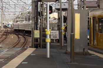 2021年5月9日 17時2分頃。西所沢。奥が40154Fの3105レ。1番ホームから発車した20151Fの上り回送列車(西武球場前から16時56分に到着)の通過を待っています。右の2番ホームに停車中は2087Fの各停 西武球場前ゆき。