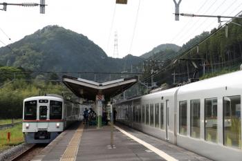 2021年5月9日。武蔵横手。右が001-C編成の19レ。運転停車のためドアは開きません。2番ホームに4013Fの5040レが到着。