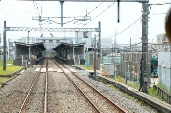 2021年5月15日 12時前。武蔵藤沢。上り列車から見た飯能方。右手の下り線側から工事車両・資材を搬入。