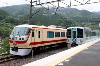 2021年5月16日 14時22分頃。芦ケ久保。側線で折り返し待ちの10105F回送列車と、到着する4009Fの上り回送列車。