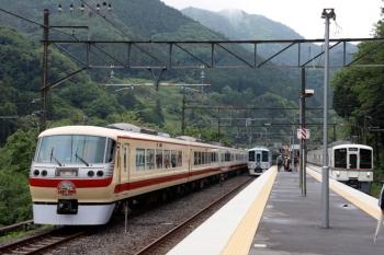 2021年5月16日 14時22分頃。芦ケ久保。側線で折り返し待ちの10105F回送列車と、4009Fの上り回送列車、4015Fの5031レ。