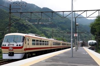 2021年5月16日 14時39分頃。芦ケ久保。側線で折り返し待ちの10105F回送列車と、通過する001-G編成の17レ。