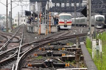 2021年5月16日 11時57分頃。西武秩父。右から001-B編成の26レ、2番ホームに展示中の10105F。左奥に、御花畑駅に停車中の秩父鉄道の元・東急8090系が見えてます。