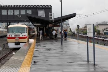 2021年5月16日 12時21分頃。西武秩父。展示中の10105Fの横の秩父鉄道線をSL列車が通過。