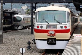 2021年5月16日。西武秩父。発車した001-C編成の28レ。右は2番ホームに展示中の10105F。前には記念ボードを置いてくださっていました。