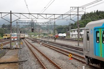 2021年5月16日 13時59分頃。横瀬。左から、1002レまで留置の2071F、発車した10105Fの上り回送列車、廃車の2003F、留置中のS-TRAINの40104F。