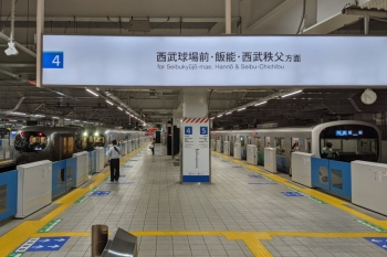 2021年5月19日。所沢。右から5番ホーム停車中の38113Fの3103レ、001-F編成の43レ、そして3番ホームを通過する001-A編成の上り回送列車(東飯能〜高麗駅間の人身事故の影響)。