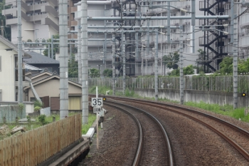 2021年5月22日。入間市〜仏子駅間。上り列車の車内から見た「35/訓練」の標識。