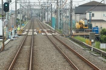 2021年5月22日。武蔵藤沢〜稲荷山公園駅間。上り列車の車内から見た、不老川を越えるところの工事現場。