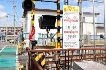 2021年5月23日。東村山〜所沢駅間。仮線切り替えで踏切の長さが変わると掲示されていました。