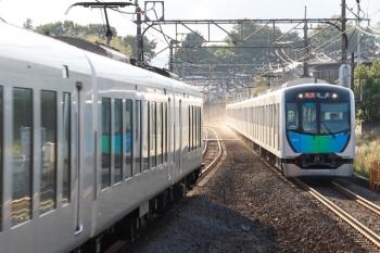 2021年5月23日。元加治。40104Fの2184レ(右)と001-E編成の下り回送列車。
