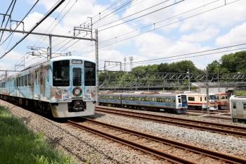 2021年5月23日 11時47分頃。小手指車両基地内の狭山線のN101系赤電と、留置中のLAST RUN・10105Fの横を4009F(52席)の下り列車が通過。