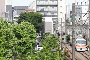 2021年5月29日 15時35分頃。高田馬場〜下落合駅間。「小江戸92号」を終えた10105Fの下り回送列車(右奥)。左奥には山手線のE235系。