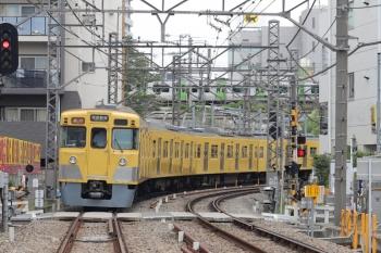 2021年6月2日。高田馬場〜下落合駅間。2007F+2457Fの2332レ。背後に山手線のE235系が見えてます。