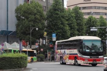 2021年6月2日 8時11分頃。池袋駅東口。右が発車した「北斗の拳」千曲バス。