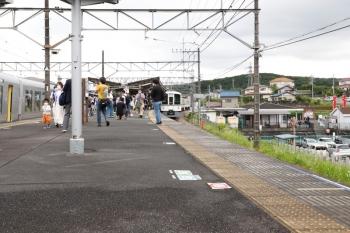 2021年6月5日 11時18分頃。高麗。左が2番ホームへ到着した001-D編成の11レ。1番ホームの4021Fは回送列車で飯能へ戻りました。