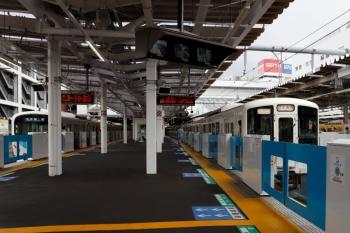 2021年6月5日 9時34分頃。所沢。4番ホームを通過する4023F+4011Fの下り団体専用列車。5番ホームには38113Fの5107レが停車中です。
