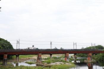 2021年6月6日。仏子〜入間市駅間。入間川橋梁を上流から見ています。手前のレンガ積みの橋脚は旧線跡。
