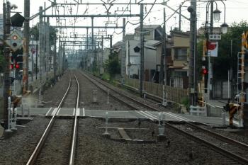 2021年6月6日。清瀬〜秋津駅間。手前の踏切反応灯は白色。これより秋津方は通常の黒色塗装でした。