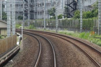 2021年6月12日。入間市〜仏子駅間。上り列車の車内から。左の線路脇の白い棒に標識が付いていたはず。