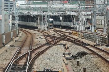 2021年6月12日 12時7分頃。練馬。左奥が3番ホームに止まる001系の上り回送列車。