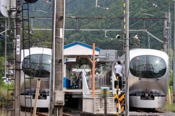 2021年6月13日。東吾野。左は運転停車の72レ、右が臨時停車の5レ。