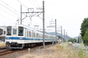 2021年6月13日 10時43分頃。越生〜武州唐沢。JR八高線との合流地点を通過する8000系4連。