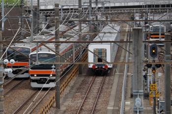 2021年6月13日 14時前。新秋津。残された西武40155Fの5両と、行き交う武蔵野線の電車たち。