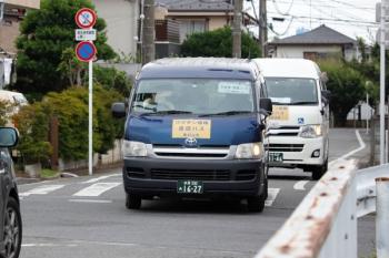 2021年6月13日 14時過ぎ。新秋津駅近く。東村山市の「ワクチン接種 送迎バス」。