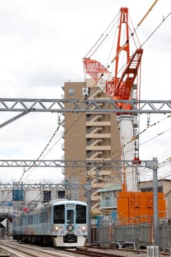 2021年6月20日 11時32分頃。東村山〜所沢駅間。高架工事の巨大クレーンの脚元を通過する4009Fの下り列車。