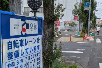 2021年6月20日。所沢市内。自転車レーンを整備中の歩道。