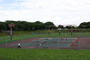 2021年6月20日。航空自衛隊 入間基地。滑走路の延長線上はテニスコートになっていて、着陸用の表示灯らしきものも立ってました。