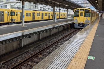 2021年7月2日 10時12分頃。上石神井。1番ホーム横の側線へ到着する2405F+2081Fの下り回送列車。2309レに追い抜かれてから下り方へ発車していきました。