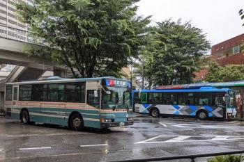 2021年7月2日 11時過ぎ。大泉学園駅前。新旧塗装の西武バスの並び。
