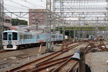2021年7月3日 11時44分ころ。小手指。左が通過する4009F(52席)の下り列車。
