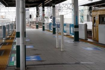 2021年7月3日。練馬。右の3番ホーム停車中は2091Fの5458レ。左の急行線を通過中は30103F(観光広告)の2136レ。