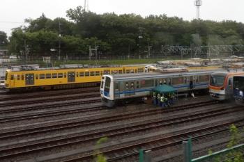 2021年7月4日 朝。小手指車両基地。上り列車の車内から見えた、工事中の6111F。