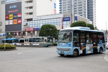 2021年7月10日。所沢駅西口の前。右手前から、「ところバス」、西武バスの現行塗装、同・新塗装。