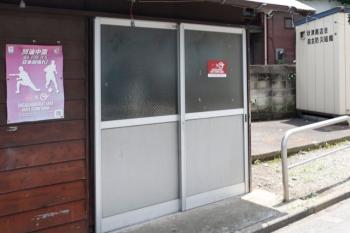 2021年7月11日 お昼。JR 新秋津駅近くの裏通りの小屋。