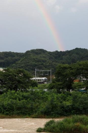 2021年7月11日。仏子〜元加治駅間。虹の下を通過する001系の下り列車。