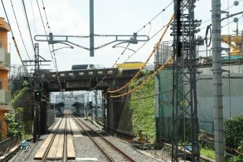 2021年7月11日。武蔵藤沢〜稲荷山公園駅間。国道463号線の跨線橋の補修工事のための通路に西武線がなっているよう感じです。