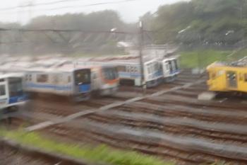 2021年7月11日。小手指車両基地。雨の中を走る下り列車から見えたメトロ17000系ほか。