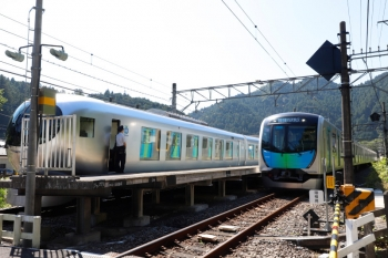 2021年7月18日 8時53分頃。東吾野。右が40102FのS-TRAIN 401レ。2番ホームを通過。