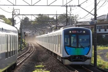 2021年7月18日。元加治。40101Fの2164レ(右)と001-C編成の下り回送列車。