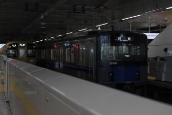 2021年7月21日 5時33分頃。所沢。本川越方から池袋線4番ホームへ到着した20106Fの回送列車(右)と2071Fの5204レ。