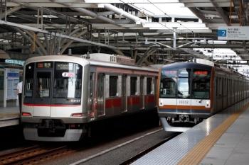 2021年7月22日。石神井公園。右からメトロ10032Fの6329レ、東急5157F(飯能方1両だけキューピー車体広告)の6614レ。