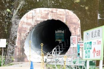 2021年7月23日。吾野〜西吾野駅間。秩父線の築堤の下の工事用のトンネルとモノレール。
