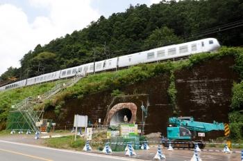 2021年7月23日。吾野〜西吾野駅間。秩父線の築堤の下の工事用のトンネルとモノレールの上をラビューが通過。